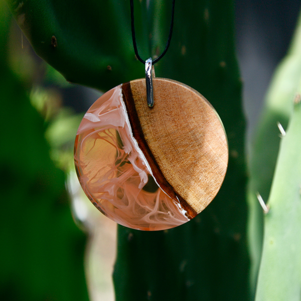 Simmy pendant in peach