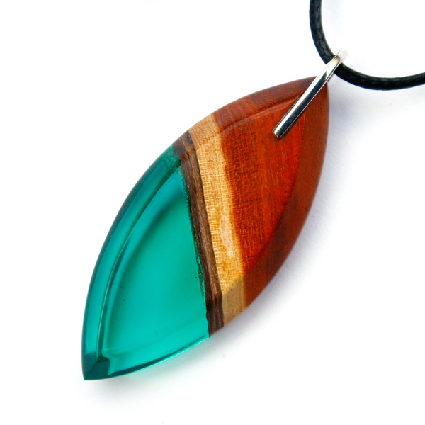 Long eye redwood pendant in emerald green