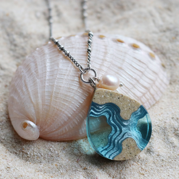 Tombolo small beach necklace with pearl on shell
